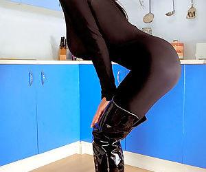 Hot MILF Linsey Dawn McKenzie plays kinky fetish games..