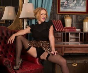 Mature blonde Goldee Monroe shows us her accurate trimmed..
