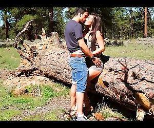 Je baise une petite brune en forêt - couple amateur..