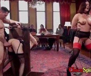 Espectáculo en un restaurante con dos mujeres y dos..