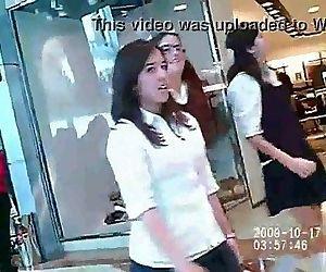 3 Colegialas en hilo en centro comercial - 1 min 16 sec